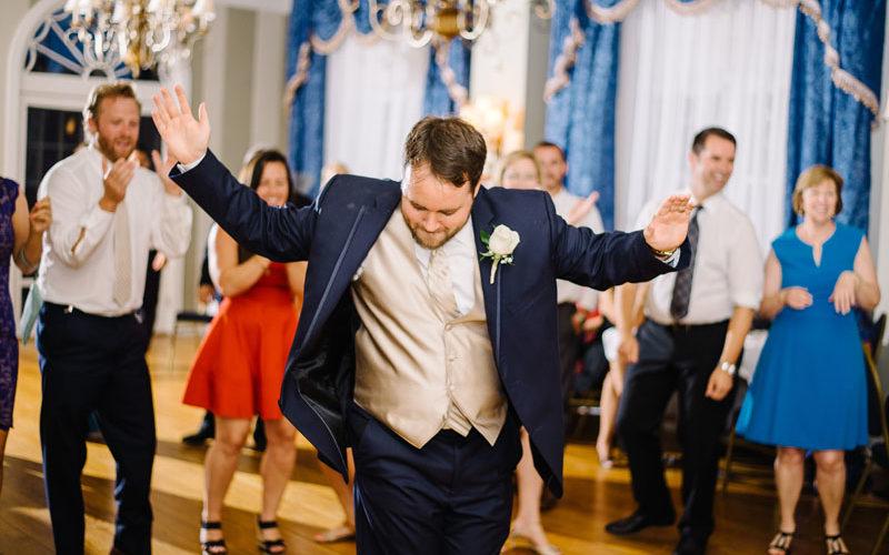 groom dancing at mimslyn inn wedding