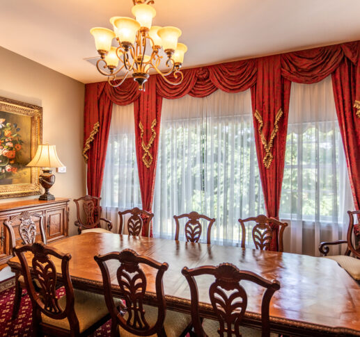roosevelt meeting room with a chandelier and dining table with 8 seats